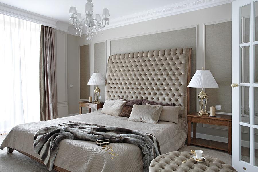 Beżowa sypialnia styl klasyczny urządzanie mieszkania