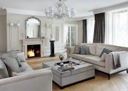 Klasyczny apartament w jasnych kolorach Casamila - aranżacje pokoju dziennego