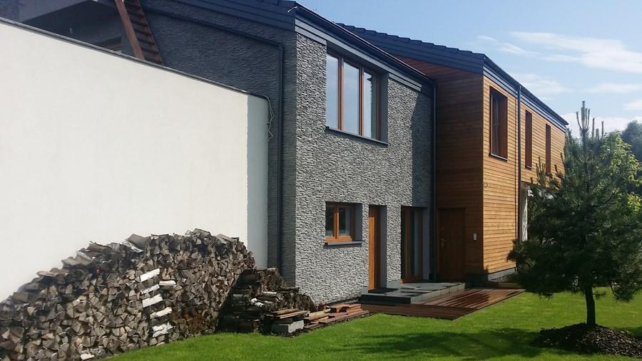Nowoczesna elewacja z drewna i kamienia - widok z tyłu domu