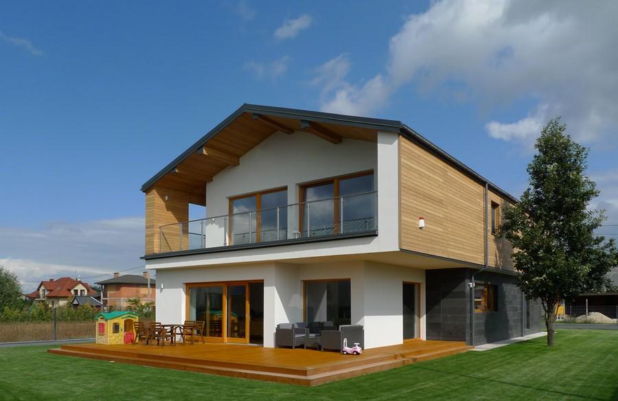 Piętrowy dom z drewnianą elewacją Widok od strony ogrodu
