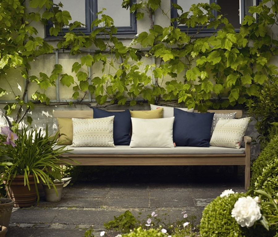 Kącik wypoczynkowy w ogrodzie - drewniana ławka