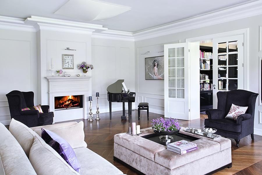 Salon z kominkiem w stylu modern classic - aranżacje pokoju dziennego