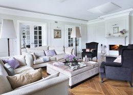 Salon z kominkiem w stylu modern classic Casamila