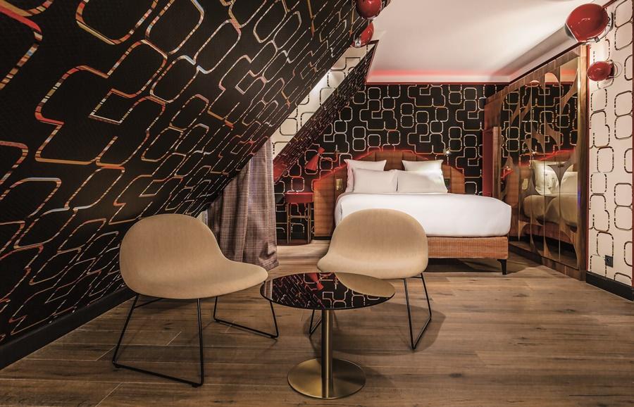 Stylowy hotel Idol Paryż sypialnia na poddaszu