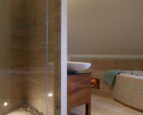 Łazienka na poddaszu z wanną i prysznicem Nasciturus Design