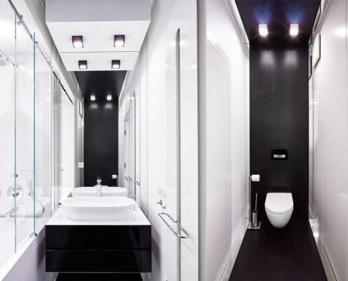 Czerń i biel w wąskiej toalecie A8 Architektura