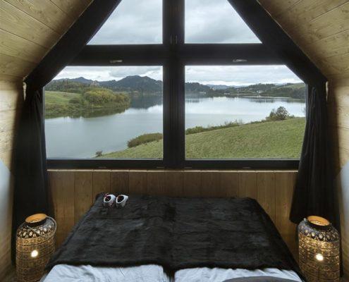 Mała sypialnia w drewnie Hola Design
