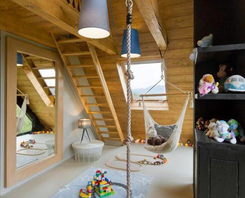 Pokój dziecięcy na poddaszu z wysokim stropem Hola Design