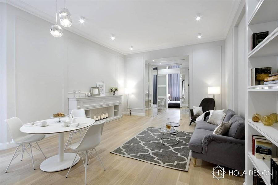 Biały jasny salon w stylu modern classic Hola Design