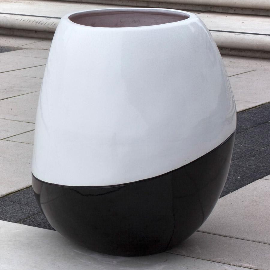 Czarno-biała donica Orca wewnętrzna Bull and Stein designerskie donice