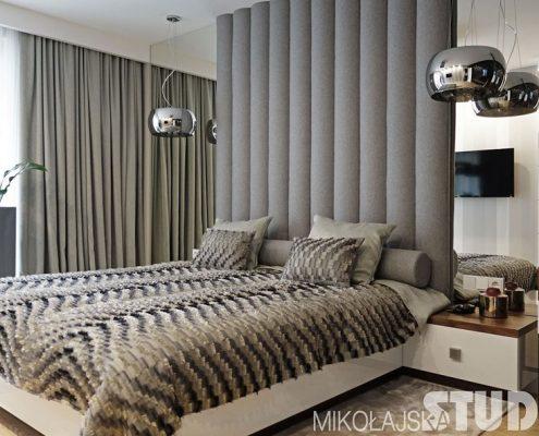 Lustrzana ściana w sypialni Mikołajska