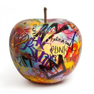 Kreatywna rzeźba apple graffiti by Bruno Bull and Stein HomeSquare