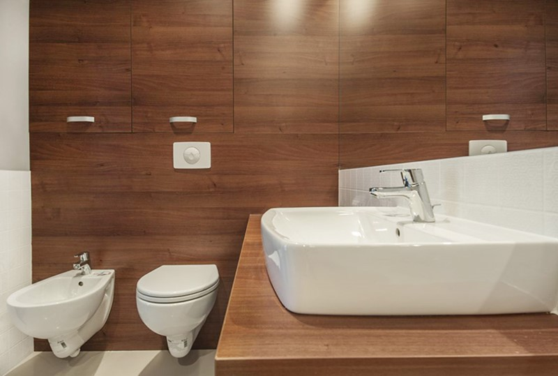 Ciemne drewno w łazience - wykańczanie wnętrz