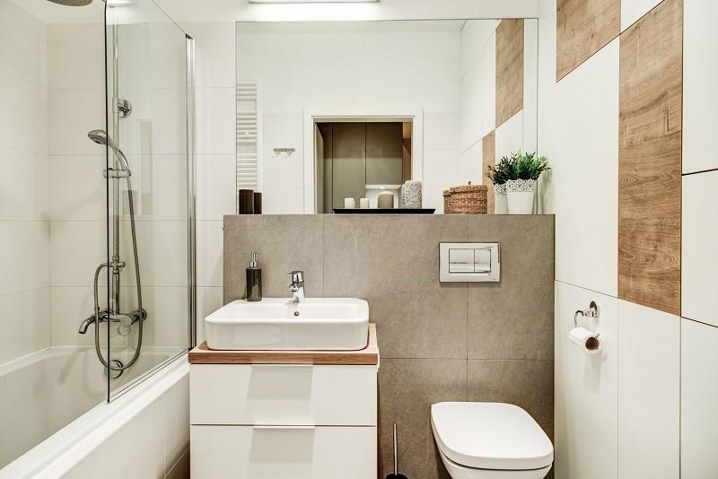 Drewno w małej łazience - wykańczanie wnętrz