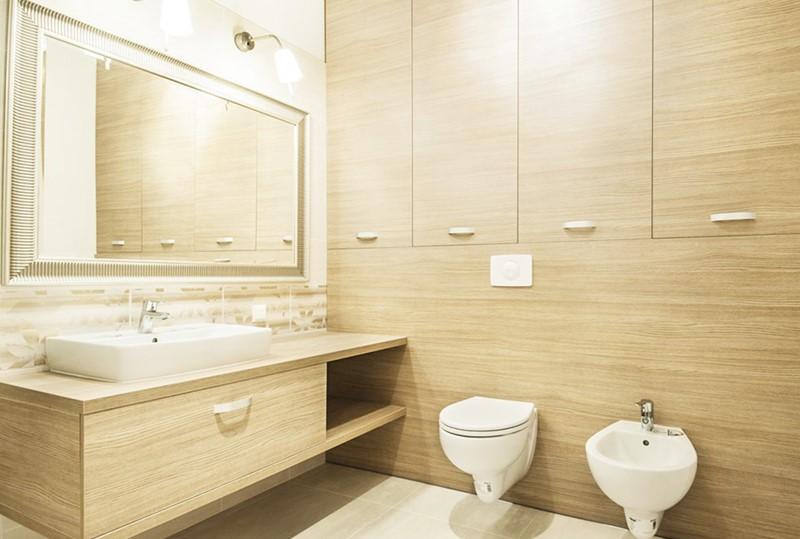Jasne drewno w łazience - drewniana łazienka: wykańczenie wnętrz