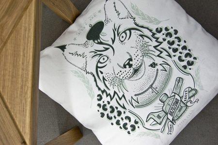 rys-porzadny-chlop-poduszka-dekoracyjna-45x45-cm-2