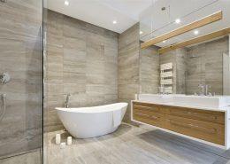 Łazienka z wanną i prysznicem w szarościach i beżach - Hola Design