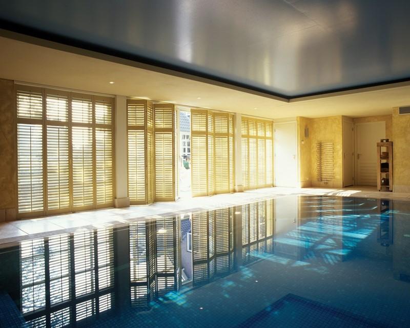 Duży basen w domu - Jasno Shutters