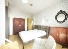 Eklektyczna sypialnia w jasnych kolorach - Huk Architekci