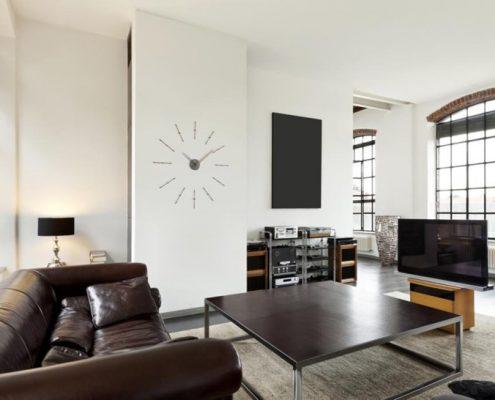 Eklektyczny salon z wysokim stropem - Nomon