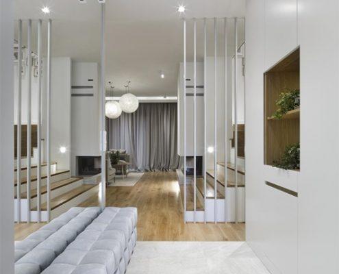 Jasny przedpokój ze schodami - Hola Design