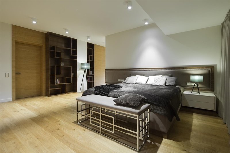 Sypialnia z wydzieloną garderobą - łóżko w sypialni