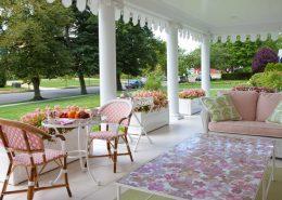 Aranżacja prowansalskiego tarasu w bieli i różu - Capital garden