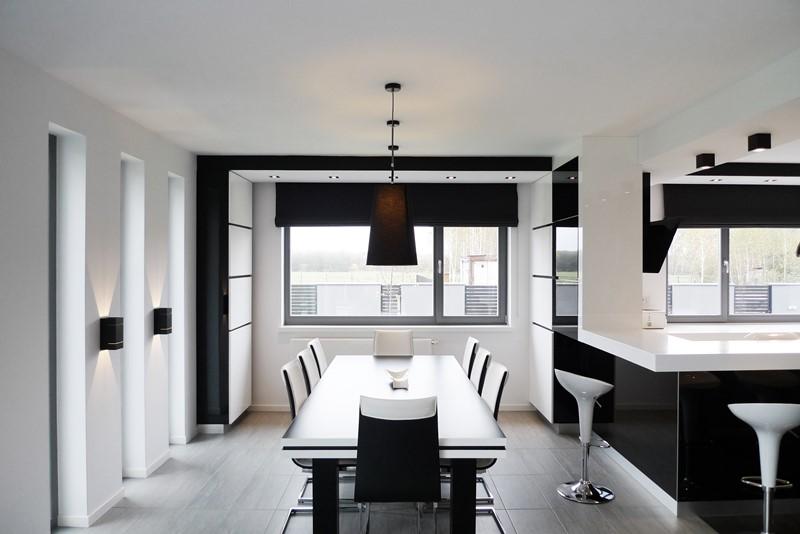 Czarno-białe wnętrza - jadalnia i kuchnia