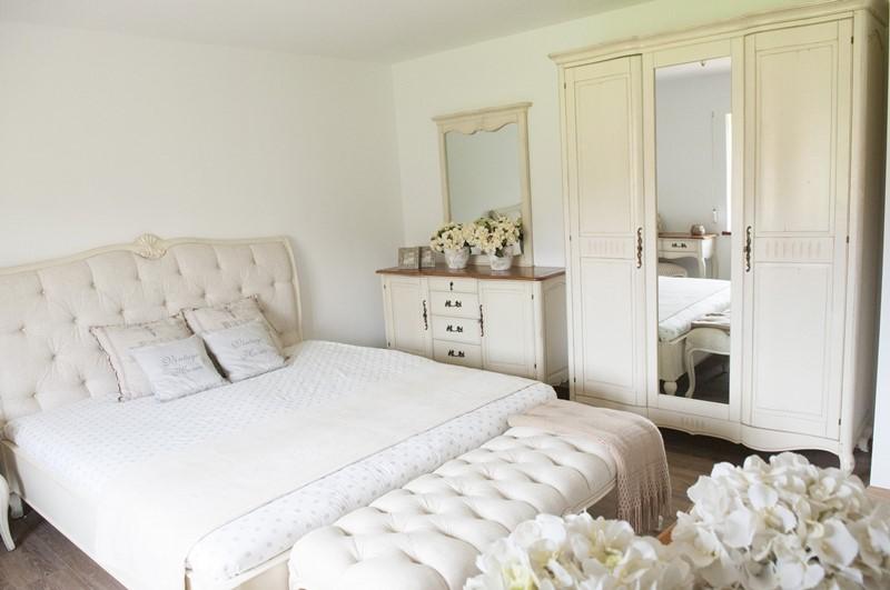 Klasyczna sypialnia z prowansalskimi meblami - Patiomeble