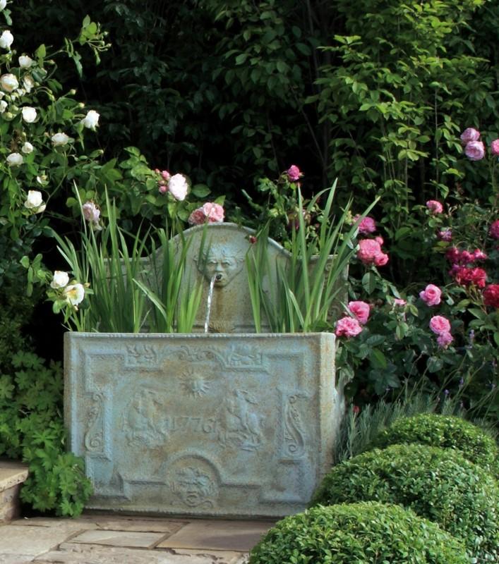 Klasyczny ogród z altaną i fontanną