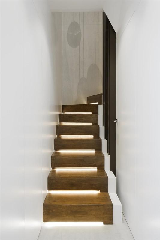 Podświetlane schody w przedpokoju - Hola Design