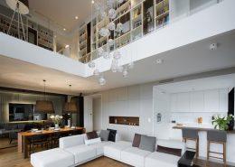 Wysoki salon z jadalnią i kuchnią - Hola Design