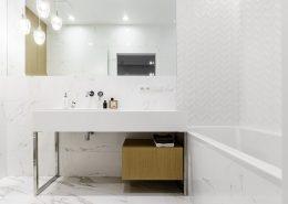 Biała, nowoczesna łazienka z wanną - Dragon Art