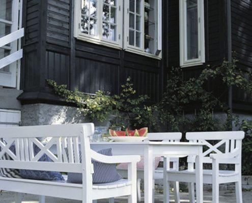 Białe meble ogrodowe z drewna
