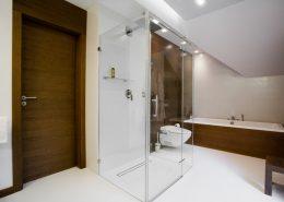 Biel i drewno w nowoczesnej łazience- Archissima