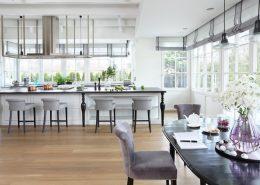 Duża, biała kuchnia w stylu modern classic - Casamila