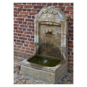 Mała fontanna ścienna z kamienia
