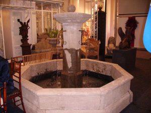 Fontanna ogrodowa z klasyczną sadzawką
