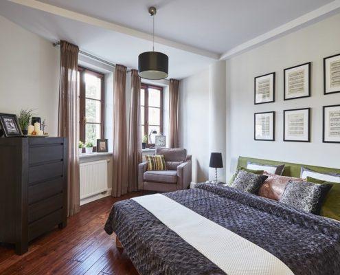 Home staging w asymetrycznej sypialni - Stage It Up