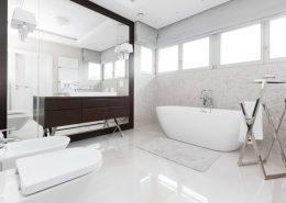 Jasny pokój kąpielowy z wanną - Archissima