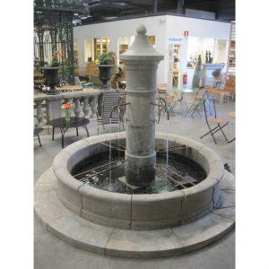 Klasyczna fontanna w żelaznymi kranami