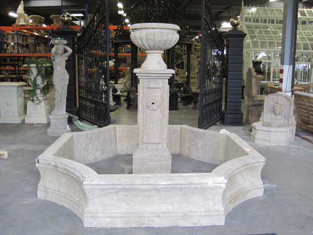 Klasyczna fontanna z donicą
