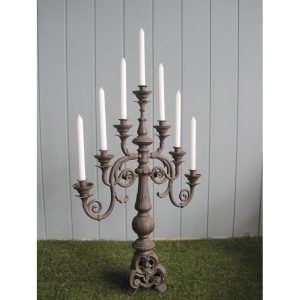 Klasyczny świecznik z metalu