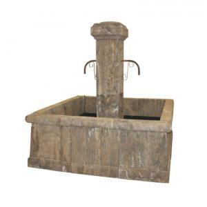 Kwadratowa fontanna z kamienia