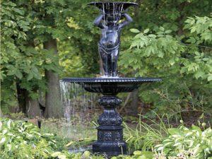 Metalowa fontanna chłopiec G001