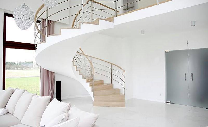 Oryginalne schody w salonie