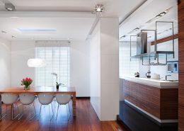 Otwarta kuchnia z jadalnią w bieli i drewnie - Nasciturus