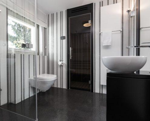 Prysznic w czarno-białej łazience - Archissima