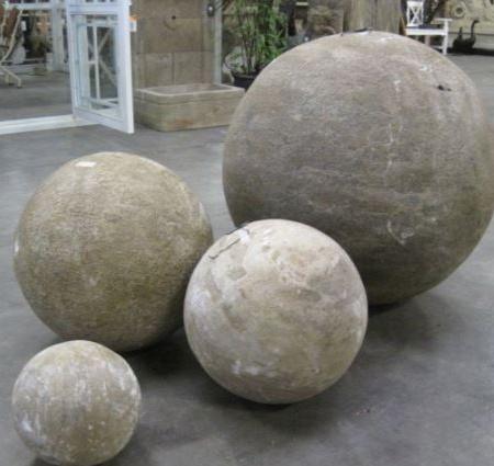 Rzeźba z kamienia kula Livingstone Terrasso