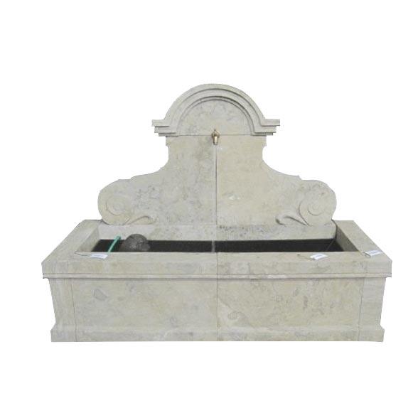 Klasyczna, szeroka fontanna ścienna z kamienia